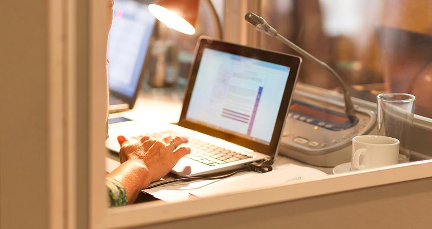 Beneficios de la traducción simultánea en los seminarios y conferencias